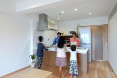 お料理中も会話が絶えないオープンキッチン。