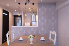 アンティークな家具やシャンデリアと似合うダマスク柄の壁紙のダイニング。