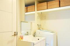 扉がミラーになった収納を組み合わせたオリジナル洗面化粧台。