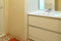 モロッコタイル調のデザインタイルが映えるの洗面室。