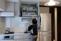 出し入れしやすい昇降式吊戸棚のあるキッチン。