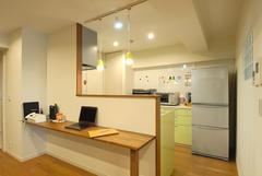 お菓子作りのためのカウンターやパントリーを設置したキッチン。