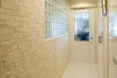 ガラスブロックから光が漏れる明るい廊下。