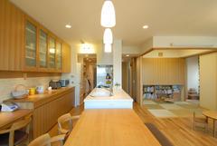 ユーティリティーとつながる家事楽動線キッチン。