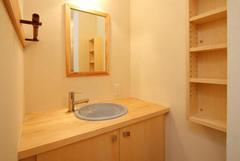 信楽焼きのボウルを無垢材に組み込んだ洗面化粧台。