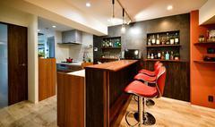 ホテルのスイートルームのような美しさと機能を備えた対面式キッチン。
