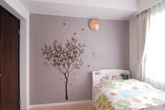 柔らかい雰囲気のモーブピンクの壁紙で仕上げた子ども部屋。