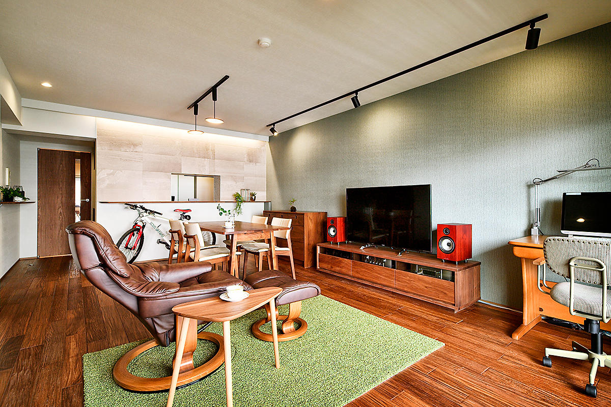 部屋の間の壁を取り払い、一体感・開放感のあるリビングに。