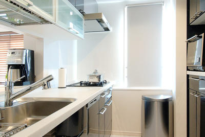 天井いっぱいの家電収納ですっきりと片付くキッチン。