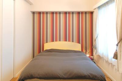 大胆なストライプ柄の寝室。