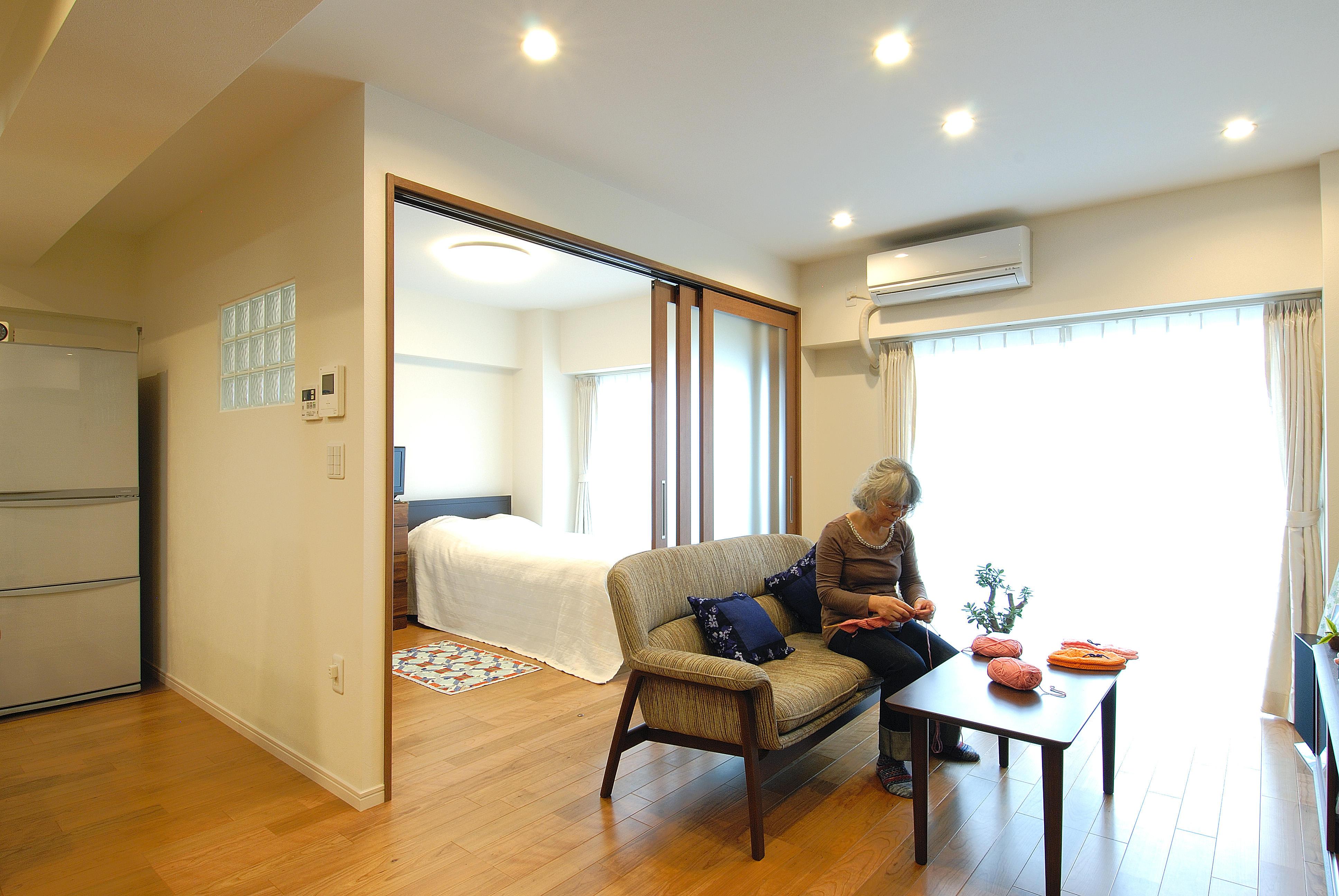 寝室とつながる段差が解消された広々リビング。