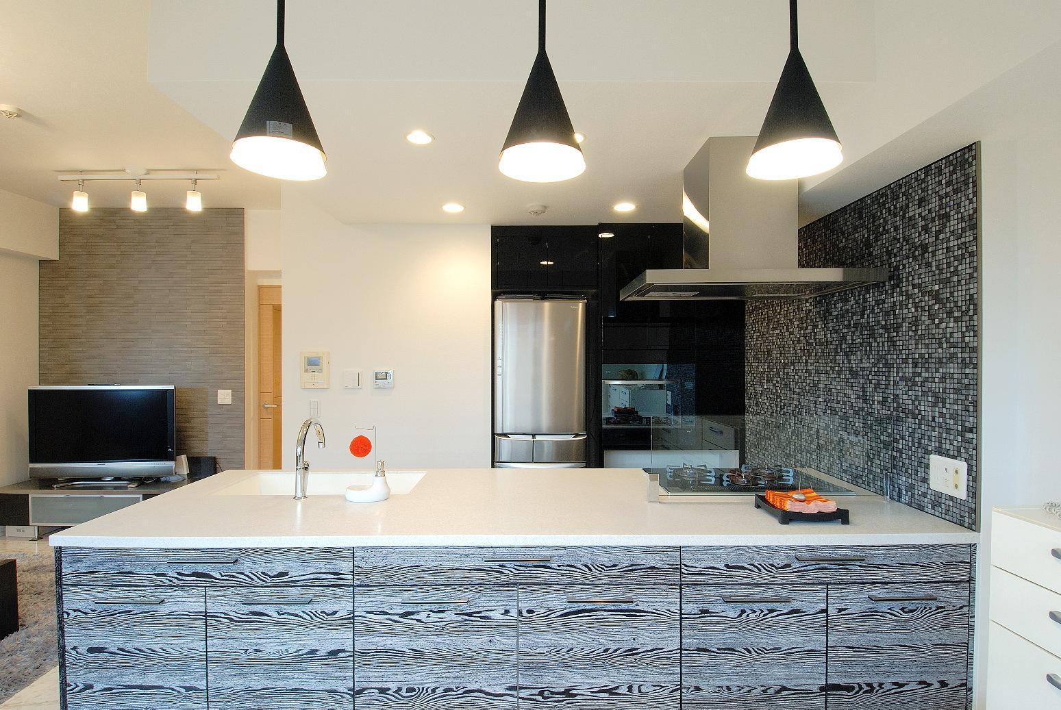 冷蔵庫上の空間も利用したキッチン背面収納。