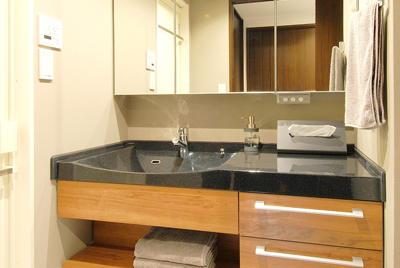 ウォールナットに合うデザインと機能性を兼ね備えた洗面化粧台。