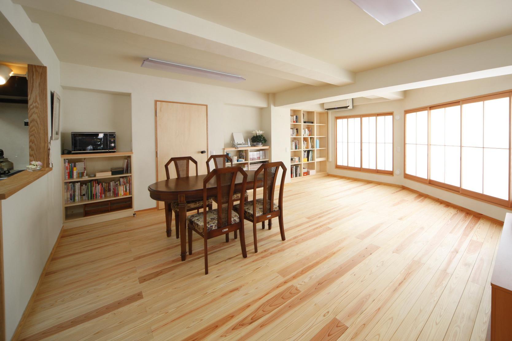 調湿&消臭効果に優れた珪藻土を天井と壁に塗ったリビング。