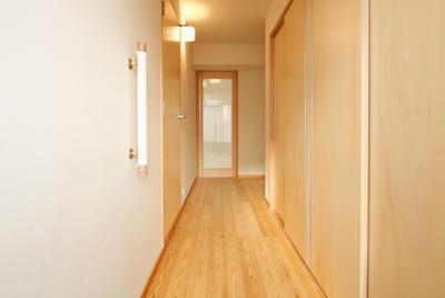 十和田石とガラスモザイクを使用した玄関。