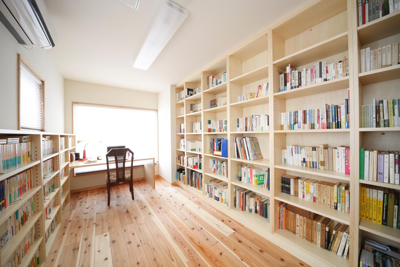 本棚やデスクを作り付けした書斎。