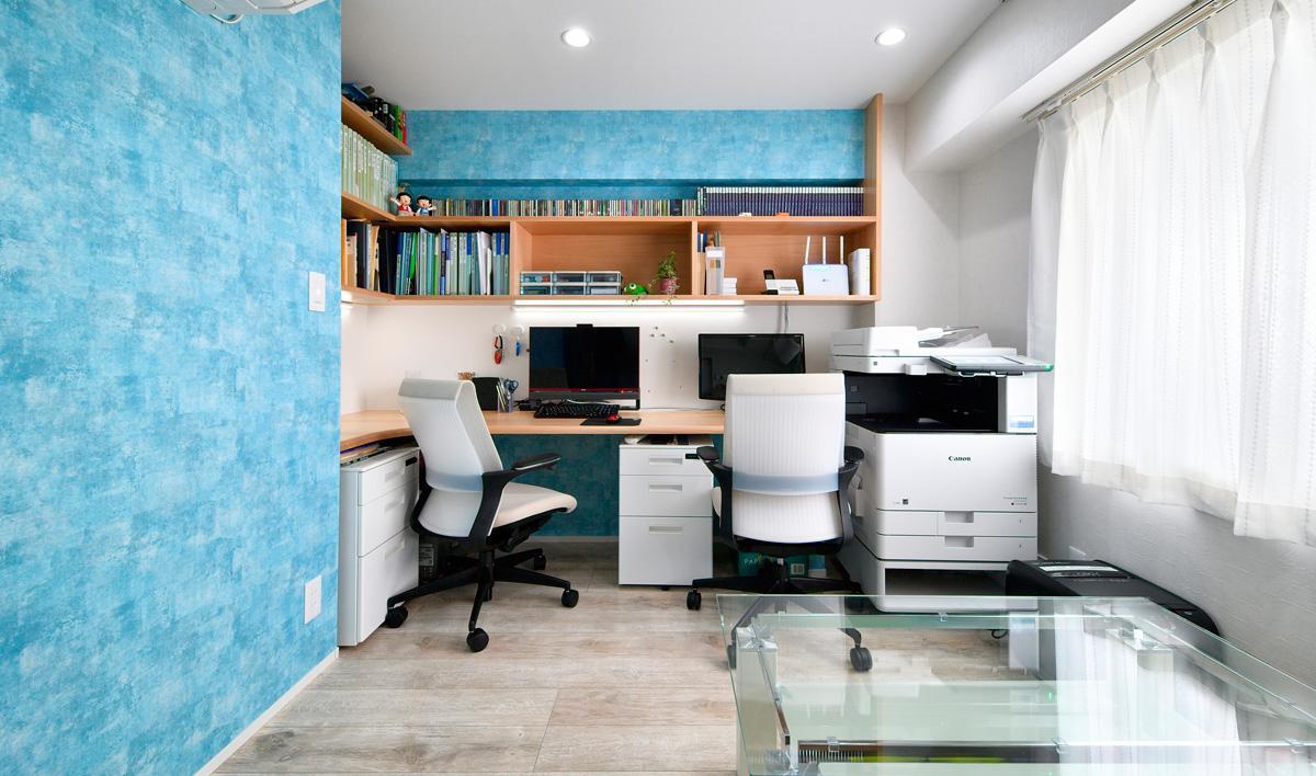 リゾート気分を味わえるスカイブルーの壁が映える仕事部屋。
