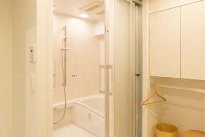 三枚引き戸でバリアフリーな浴室。