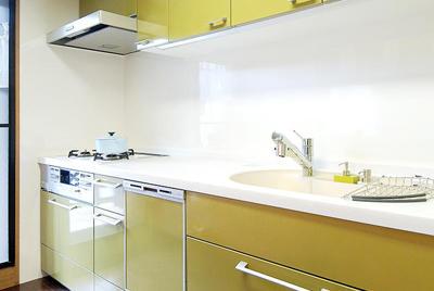 アンティークブラウンとのコントラストが美しいグリーン&ホワイトのキッチン。