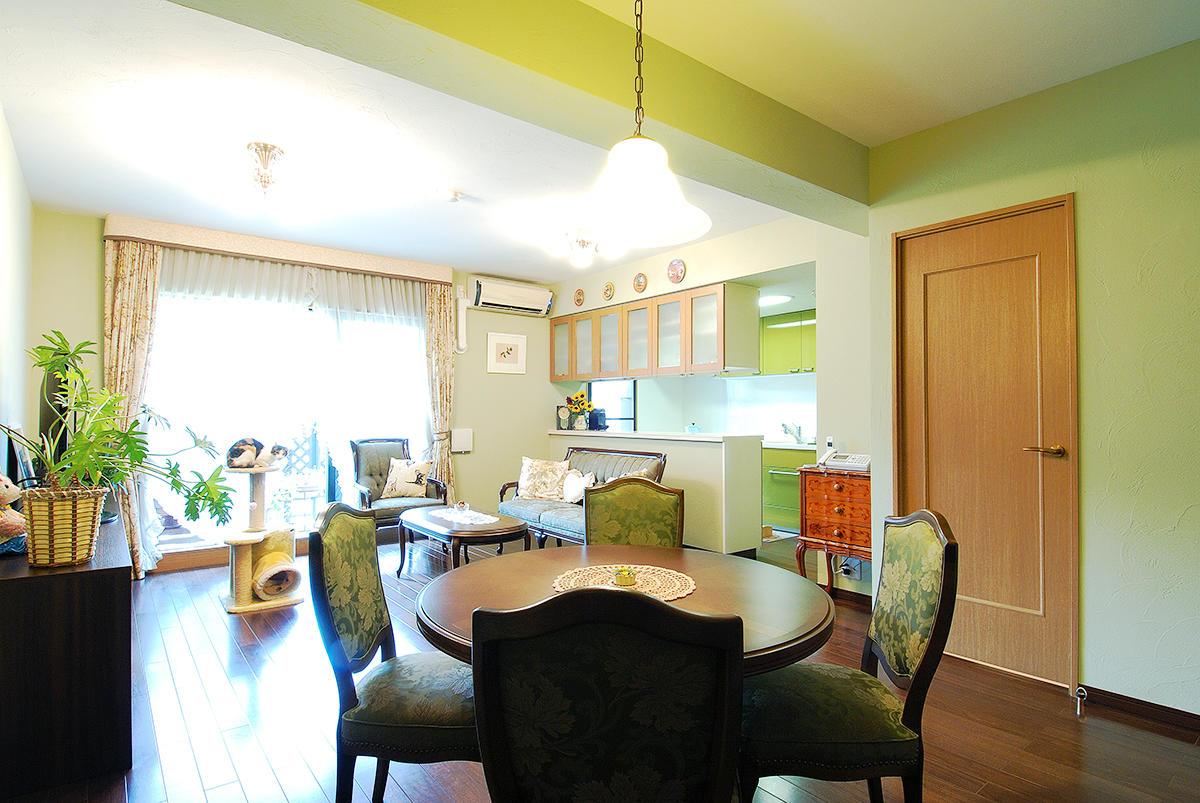 調湿・消臭効果もあるグリーンの塗り壁のLDK。