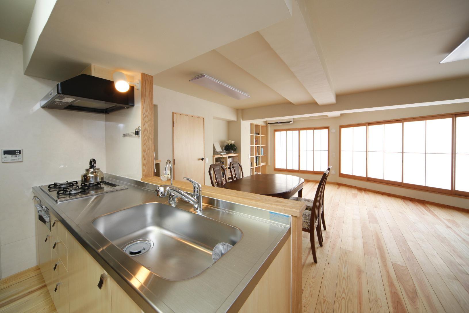 オーダーメイドで造作した木質感溢れるキッチン。